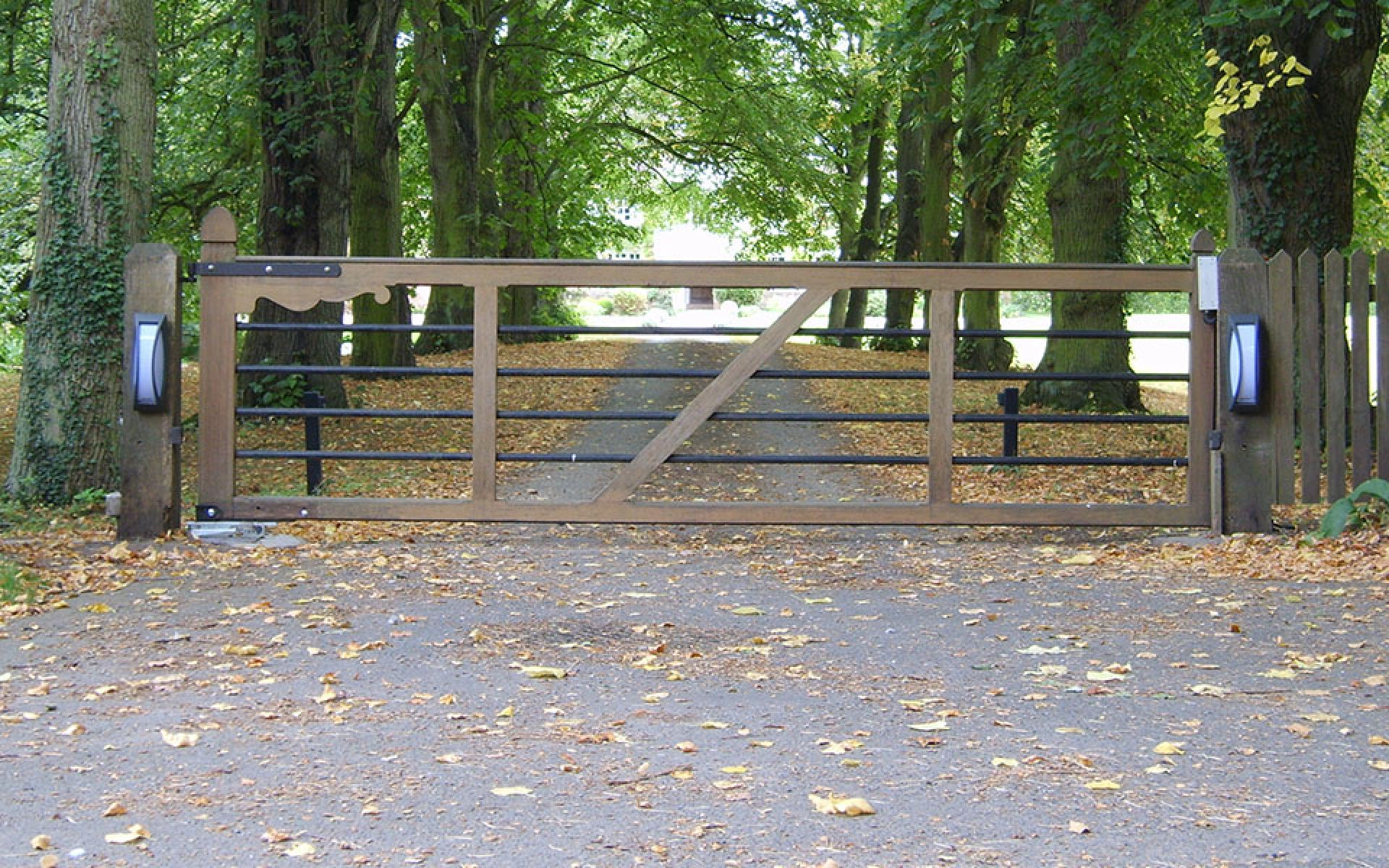 Denby wooden gate with underground CAME Frog automation (Courtesy of Automation Gates)
