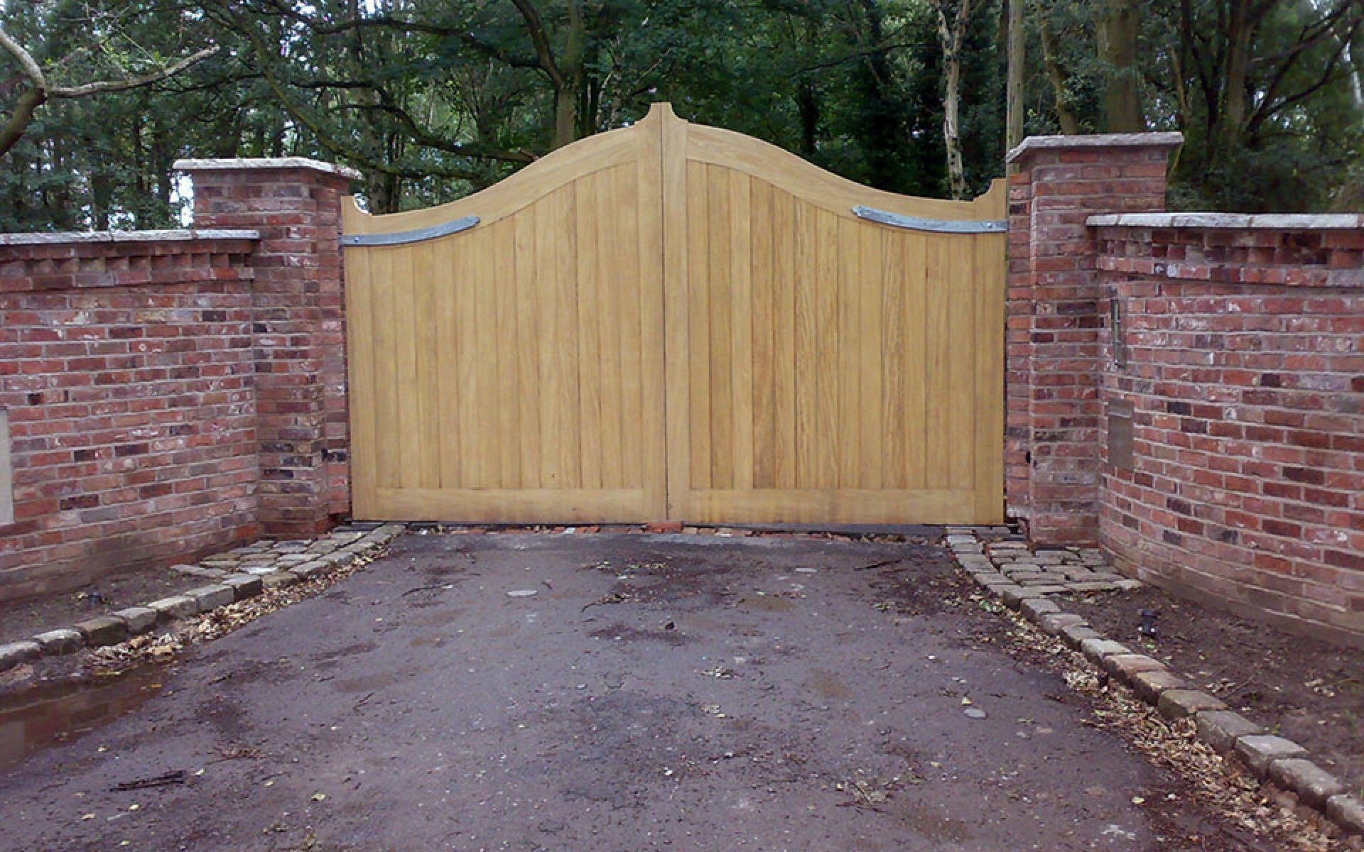 The Lakeside oak gate (Courtesy of Country Gates)