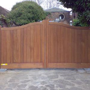 The Macclesfield sapele gate with underground automation (Courtesy of Country Gates)